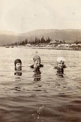 Natation, Plage Peninsula (aujourd'hui Parc Forillon), v.1930 / Swimming at Peninsula Beach (now Forillon Park), c.1930