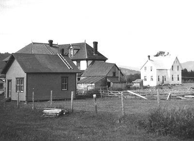 Gauche à droite : Salon de coiffure, hôtel cascapédia et la maison de Fred Barter / Left to right: Barber shop, Cascapedia Hotel and Fred Barter's house