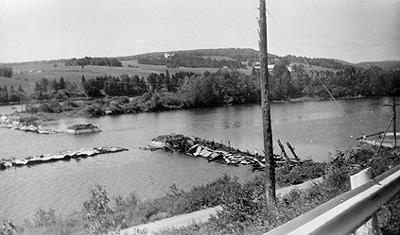 Les restes du pont couvert, rivière Grand Cascapédia (Juin 1953) / Remains of covered bridge, Grand Cascapedia River (June 1953)