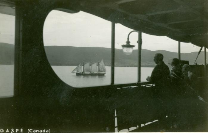 Goélette vue d'une navire, Gaspé, vers les années 1920. Carte postale ancienne. (Collection privée) / Schooner viewed from the deck of a steamship, Gaspé, c.1920s. Early postcard. (Private collection)