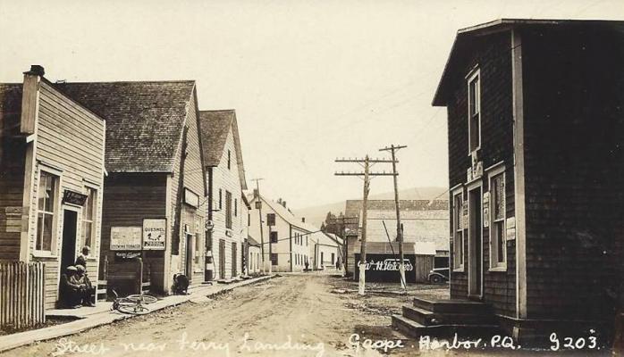 Rue près du quai du traversier, Gaspé, vers 1920 / Street near ferry landing, Gaspé Harbour, c.1920