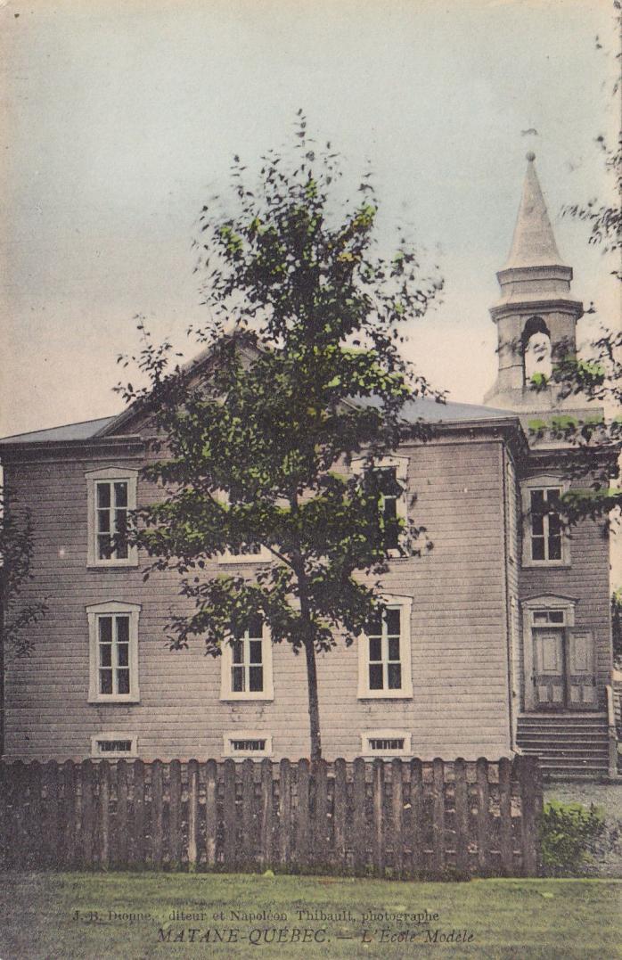 École modèle à Matane, vers 1908 / Model school, Matane, c.1908.