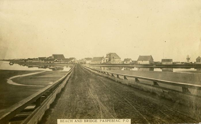 Plage et pont, Paspébiac, vers 1910 / Beach and bridge, Paspebiac, c.1910.