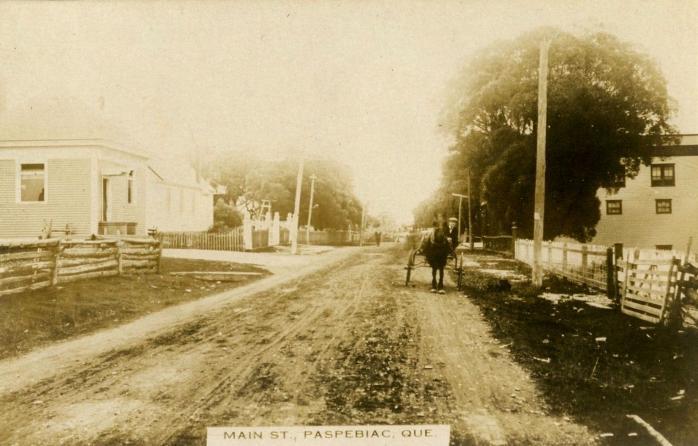 Rue Main, Paspébiac, vers 1910 / Main Street, Paspebiac, c.1910.